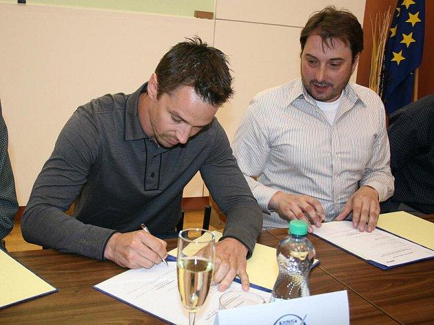 Petr Čajánek při podpisu smlouvy.