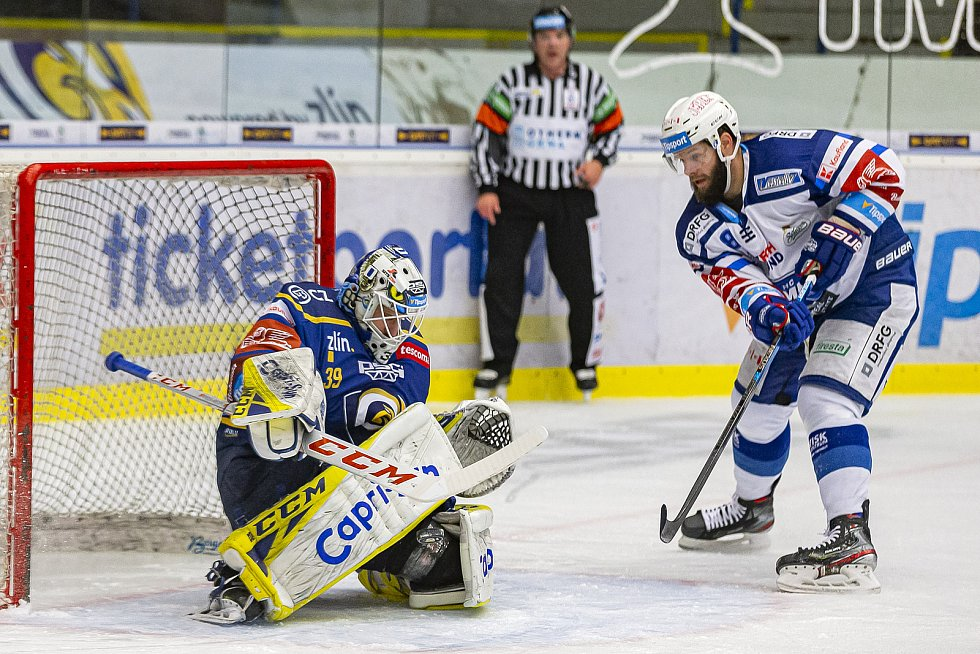 Extraligoví hokejisté Zlína (v modrém) v dohrávce 7. kola extraligy v úterý vyzvali  Kometu Brno. Na snímku Libor Kašík.