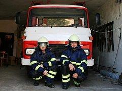 Starosta dobrovolných hasičů v Kelníkách  Martin Šnajdar (na snímku vpravo) se spolu s velitelem jednotky Miroslavem Máškem shodují, že tolik sněhu jako v zimě 2006 nikdy předtím ani potom nepamatují.