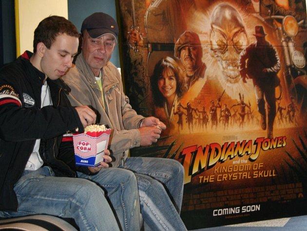 Lidé čekající v Golden Apple Cinema ve Zlíně na promítání filmu Indiana Jones IV.