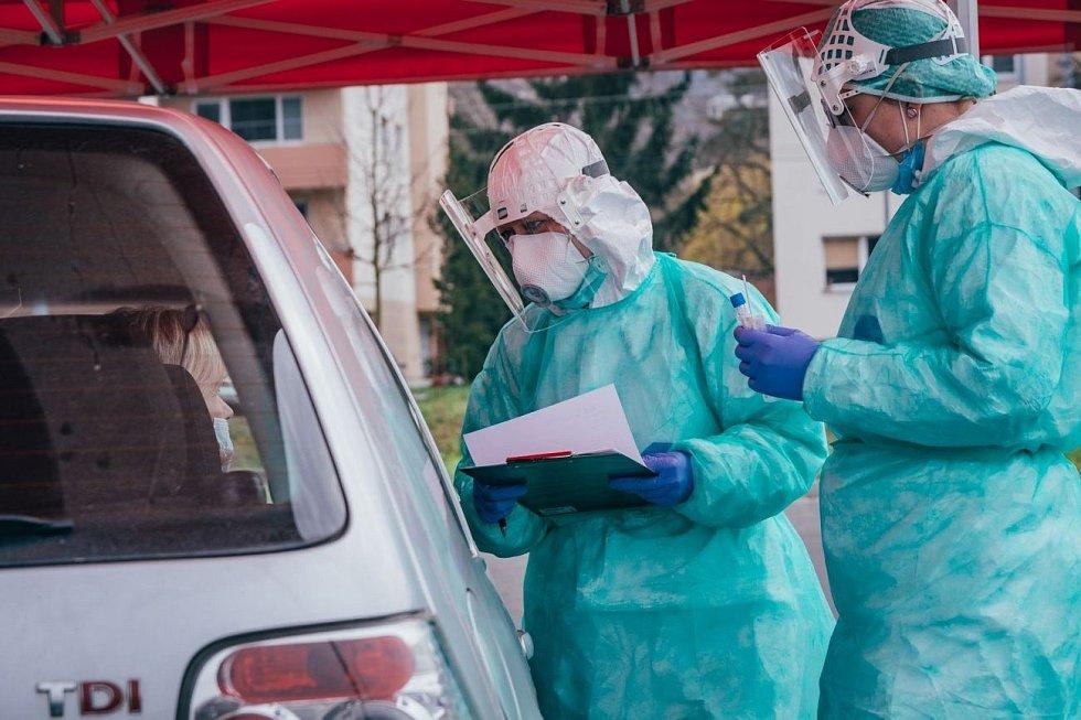 V odběrovém stanu ve zlínské nemocnici se výtěr z nosohltanu prováděl systémem drive-thru přímo přes okénko auta, zdravotníci takto za dva měsíce odebrali přes 6 tisíc vzorků.