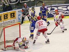 Extraligoví hokejisté Zlína (v modrém) proti Třinci. Honejsek dává gól.