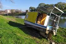 Bezprizorní hausbót na břehu řeky Moravy.