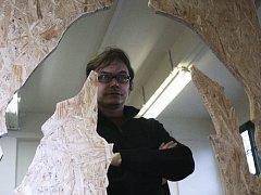 Spoluautor výstavy Prostupy Pavel Krutil si prohlíží exponáty kolegů. Sám představil multimediální prezentaci.