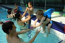 VELKÝ BAZÉN. Větší vodní plocha umožňuje dětem také širší rejstřík plaveckých cviků i zábavných her.