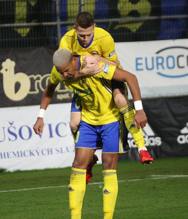 Prvoligoví fotbalisté Fastavu Zlín (ve žlutém) v sobotním 16. kole v odvetě doma hostili nováčka z Opavy. Oslava prvního gólu Zlína Beauguel.