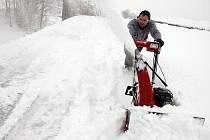 JEDINĚ STROJEM. Odklízení sněhu ze střech pomocí frézy.