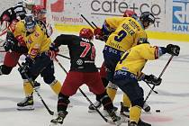 Extraligoví hokejisté PSG Berani Zlín (ve žlutém) v rámci 4. kola Generali Česká Cup doma vyzvali v odvetě Oceláře z Třince.