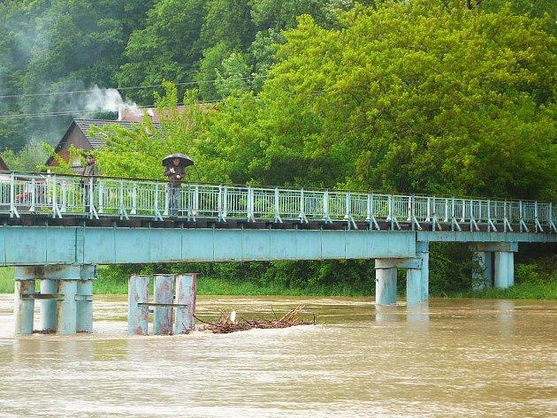 Stoupající hladinu řeky Moravy v Otrokovicích přicházely také v úterý 18.5.2010 na tamní Moravní lávku v místní části Bahňák sledovat desítky lidí.