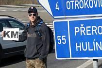 Marek Houser stopuje na silnici z Otrokovic do Tlumačova