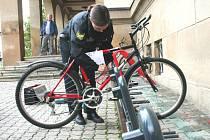 Instalace bezpečnostních stojanů na kola v centru Zlína.