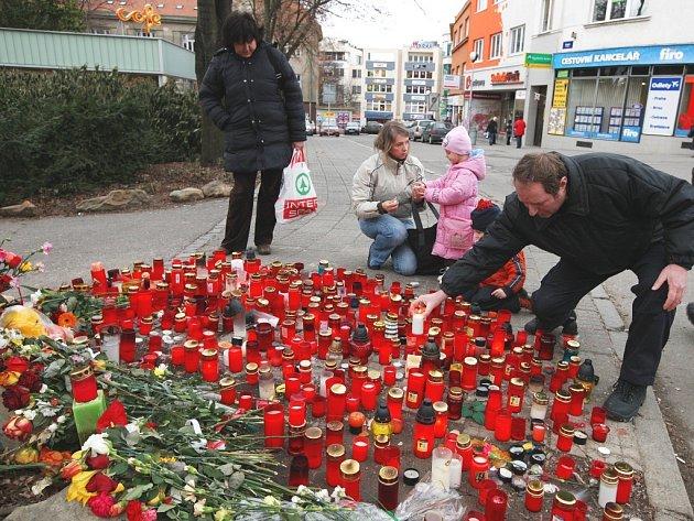 Další svíčky a květiny pro druhou oběť pádu stromu, jedenáctiletého Honzu.