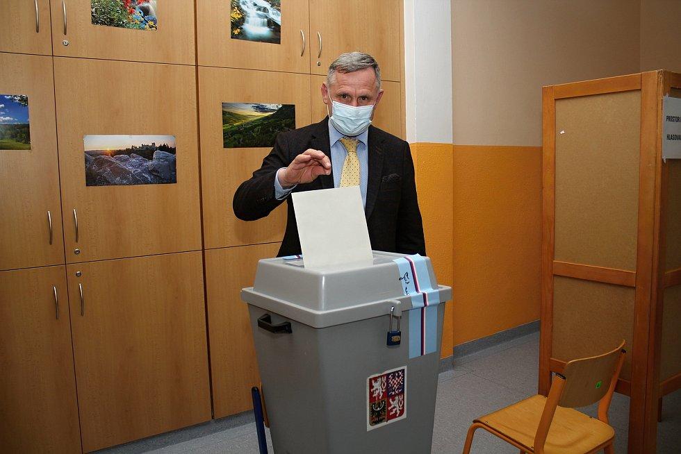 Voliči odevzdávají své hlasy do krajského zastupitelstva ve volební místnosti v Luhu, 2. října 2020. Volil tu také hejtman Zlínského kraje Jiří Čunek.