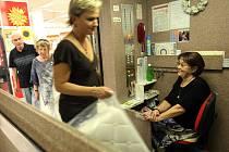 Výtah v obchodním domu Prior stále obsluhuje tzv. lift-women.
