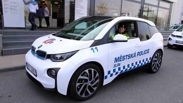 Zapůjčení elektomobilu BMW  i3 strážníkům městské policie ve Zlíně.