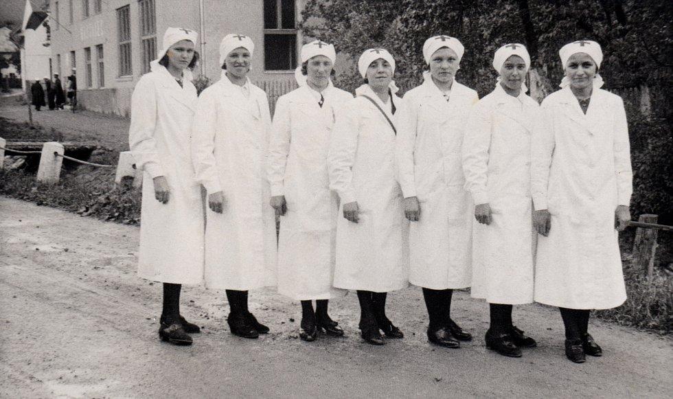 CCA 40. LÉTA. Snímek zachycuje členky tehdejšího Českého červeného kříže. Pochází asi z čtyřicátých let.