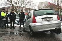 Auto se předním kolem propadlo do vozovky.