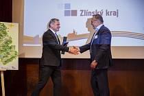 PŘEVZETÍ. Podnikatel Miroslav Borák si podává ruku s hejtmanem Jiřím Čunkem, od kterého převzal ocenění za přínos k cestovnímu ruchu ve Zlínském kraji.