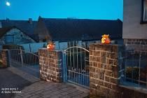V Sazovicích u svých domů symbolicky zapálili lucerny, lampiony, svíčky nebo vydlabané dýně.
