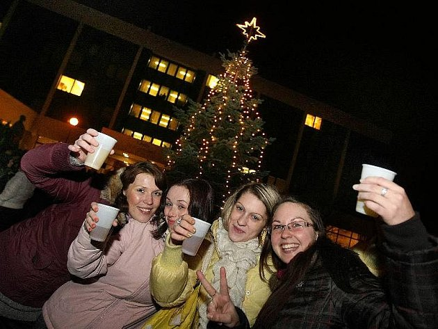 Rektorovým povelem Stromečku, rozsviť se! rozzářil 9. prosince prostor před budovou zlínské univerzity v ulici Mostní vánoční strom.