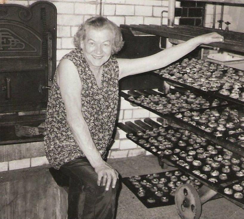Babička Halová u pece. Plechů se dovnitř vlezlo asi padesát.