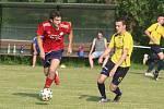Fotbalisté Újezdu (ve žlutých dresech) v nedělním přípravném zápase podlehli Valašským Kloboukům 2:6.