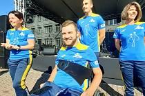 Hokejista Petr Křepelka je zatím upoutaný na vozík. Své úsilí v cestě za zdravím však nevzdává. Sám pomáhá potřebným.  Ve Zlíně dostal od hokejových beranů podepsaný dres.