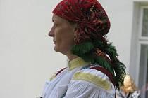 Z PROFILU. Regina Bittová je nesmírne aktivní žena. Jednu dobu jí ale prý prerostly konícky pres hlavu, tak je omezila. Ted, kdyžmácas, jezdí na hory a na vrcholcích si užívá západy slunce.