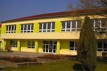Základní školu v Tlumačově čeká rekonstrukce střechy. Je totiž už ve špatném stavu, kvůli tomu zatéká do půdních prostor. Náklady na opravu nejsou zrovna nízké.
