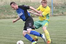 III. třída OFS Zlín. Fotbalisté Louk (v modrém) ve druhém kole III. třídy OFS ZLín doma porazili Štípu 4:1.