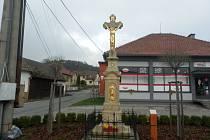Kamenný kříž v Loučce v centru obce.