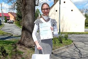 Beáta Ryšková přebírá diplom a ceny za vítězství v krajském kole geologické olympiády.