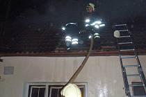 Hasiči zasahují u požáru rodinného domu v Halenkovicích