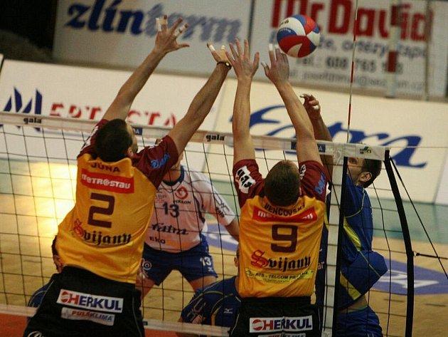 Ve 14. kole volejbalové extraligy se střetl Zlín (v modrém) s Libercem.