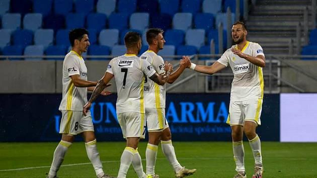 Fotbalisté Zlína (bílé dresy)  se ve středu večer utkali v Bratislavě s mistrovským Slovanem.