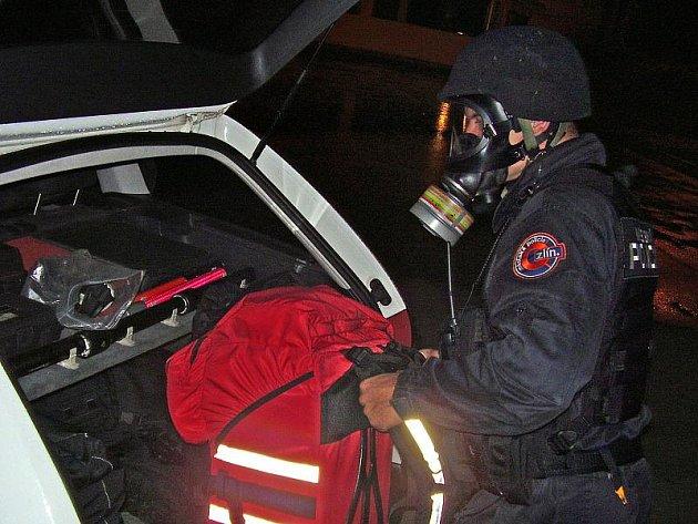 Aby strážníci mohli vyvést z bytu agresivního muže, museli si nasadit protiplynové masky