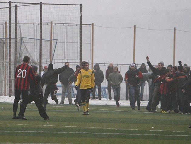 Trnava (v červeném) proti Zlínu v Tipsport lize - řádění trnavských rowdies