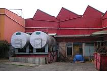 """V otrokovické kafilérii už řadu let zpracovávají """"čistý produkt z jatek"""" (ořezy, vnitřnosti a podobně). Dříve tam zpracovávali i uhynulá zvířata ze svozové oblasti. Na snímku jsou skladovací nádrže na tuk."""