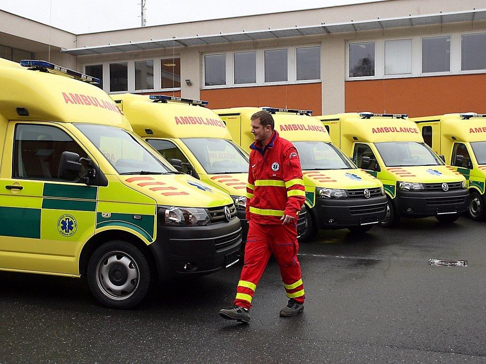 Šest nových sanitních vozů zdravotnické záchranné služby Zlínského kraje.