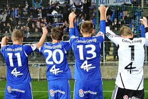 Fotbalisté Sigmy slaví s fanoušky výhru ve Zlíně