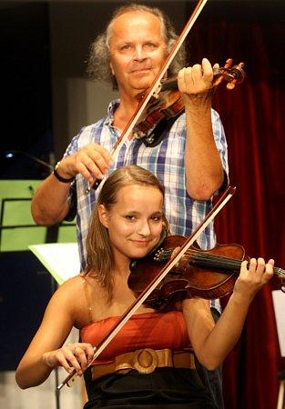 Houslista Václav Hudeček a Markéta Dominikusová před koncertem vdomě Elektra vLuhačovicích.