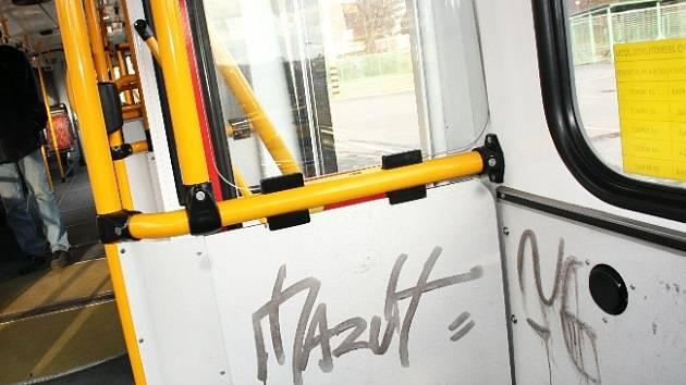 Vandalové postříkali spreji nový kloubový trolejbus Dopravní společnosti Zlín – Otrokovice (DSZO).