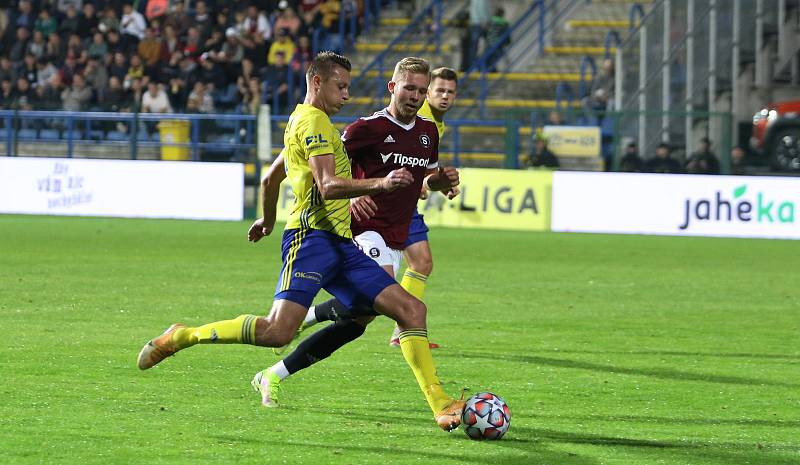 Fotbalisté Zlína (žluté dresy) ve šlágru 9. kola FORTUNA:LIGY přivítali pražskou Spartu.