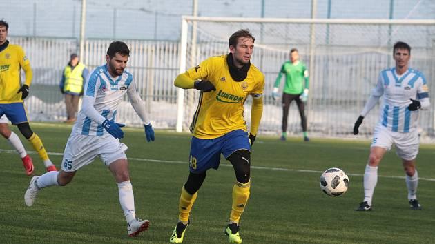 Fotbalisté Zlína (žluté dresy) ve druhém zimním přípravném zápase přehráli slovenskou Nitru 5:0. Na snímku Tomáš Poznar.