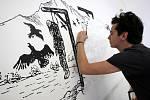 """VI. Zlínský salon mladých 2012 v Domě umění ve Zlíně.  Na snímku Tomáš Makara maluje na zeď galerie obraz """"Umělec v našej obci""""."""