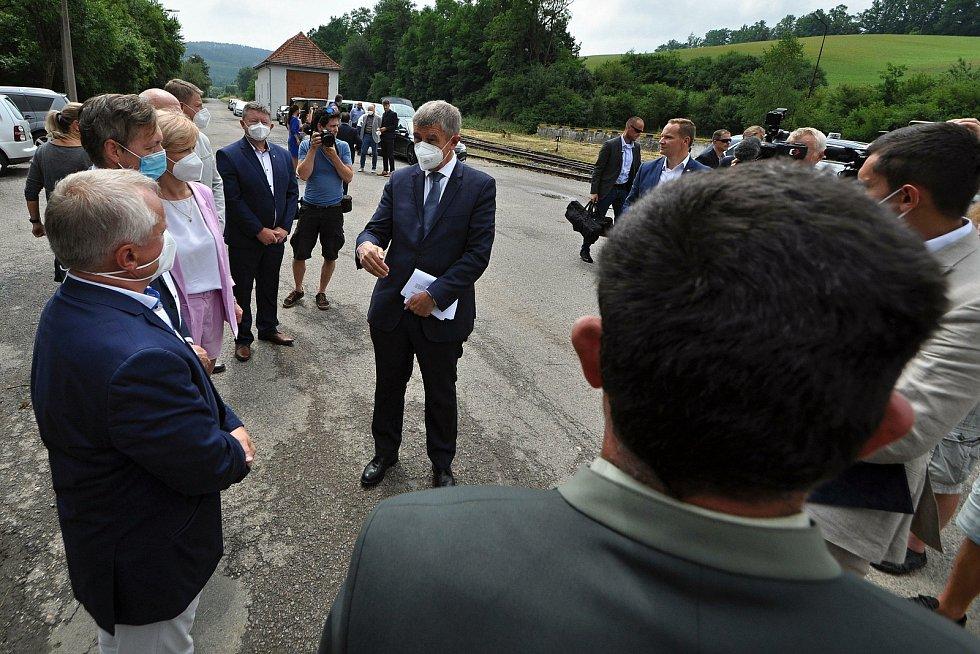 Premiér ČR Andrej Babiš hovoří ve středu 14. července 2021 v areálu muničních skladů ve Vrběticích ve Zlínském kraji zdraví se starosty a zástupci okolních obcí.