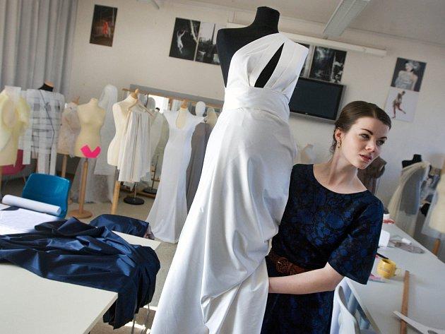 Studentky zlínské Univerzity Tomáše Bati připravovaly v pátek 16. března večerní šaty pro soutež krásy Miss Academia 2012.