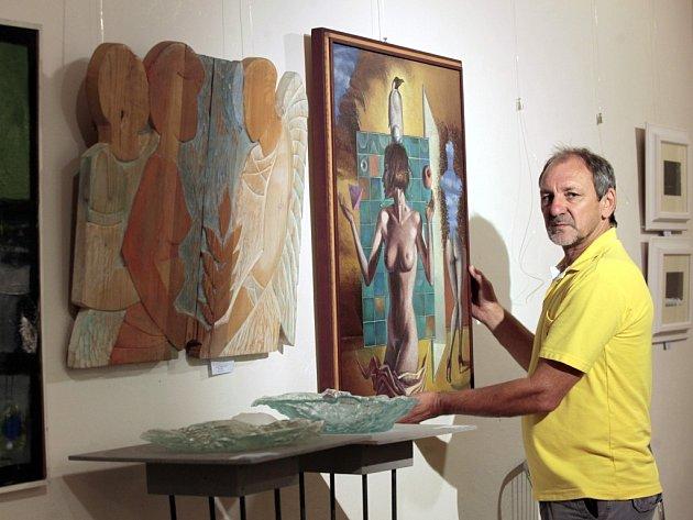 Výstava - Žena 100 x jinak - v Art Galerii ve Zlíně. Galerista Luděk Pavézka i staluje obraz Miroslava Göttlicha.