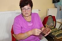 Jarmila Vajďáková z Vizovic se už řadu let věnuje drátkování a pletení z pedigu.