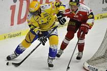 Hokejista Jakub Svoboda (žlutý dres)